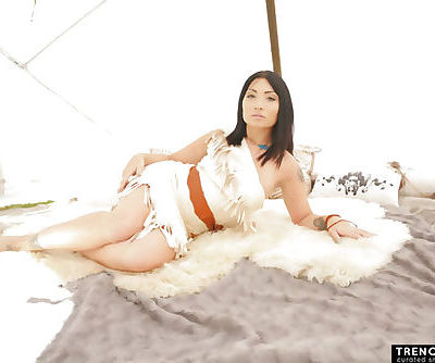 Rina Ellis in Pocahontas cosplay