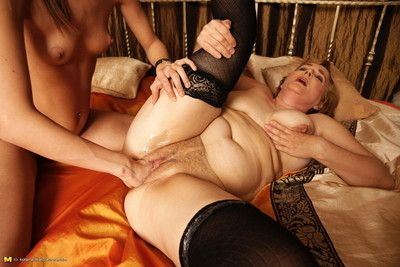 Kinky mama getting fisted by a hot fucking babe