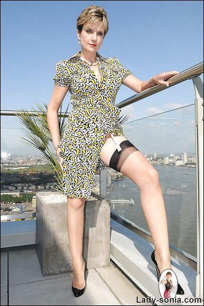 Muhteşem olgun Bayan içinde naylon çorap yapıyor Arat açık