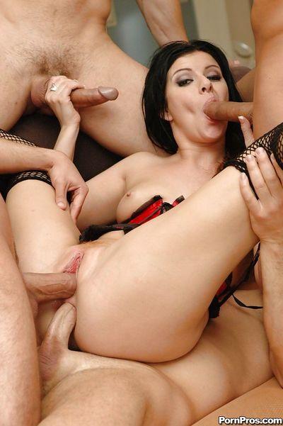 Dark haired slut Taryn Thomas sucking dick during filthy double penetration