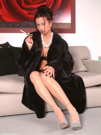 Seductive mature babe in fur smoking and spreading her sexy legs