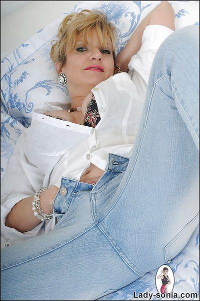 مغرية ناضجة سيدة سونيا تجريد في غرفة نوم و عرض الثدي