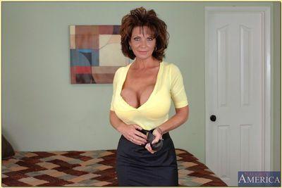 不修边幅 妈妈 与 令人难以置信 圆 胸部 和 紧 屁股 条 和 姿势