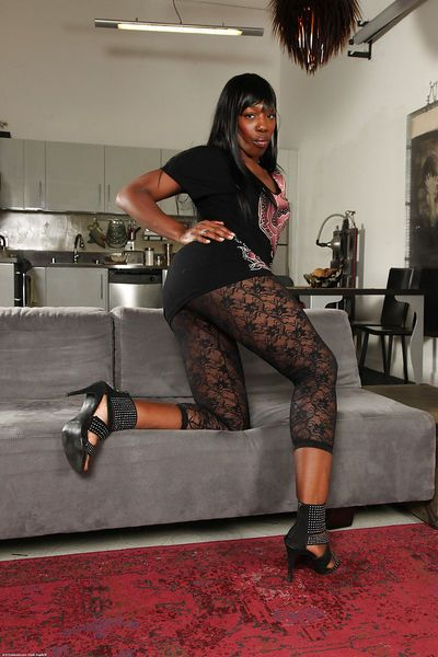 Mature ebony vixen Pepper Deville reveals her appetizing brown eye