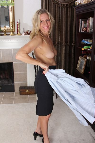 Hot MILF Tabitha Green enjoy a good and sexy photo session here