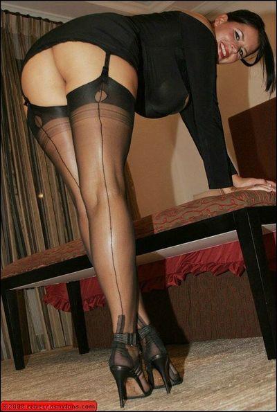 मोहक माँ के साथ आश्चर्यजनक स्तन प्रस्तुत एकल में मोज़ा और ,
