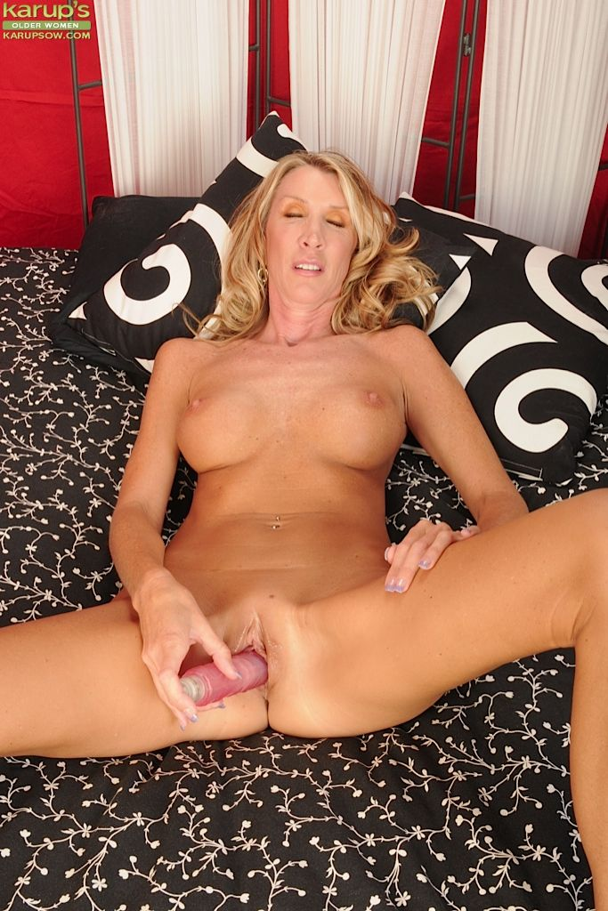 Mature blonde with big tits and excellent shaved pussy Brynn Hunter