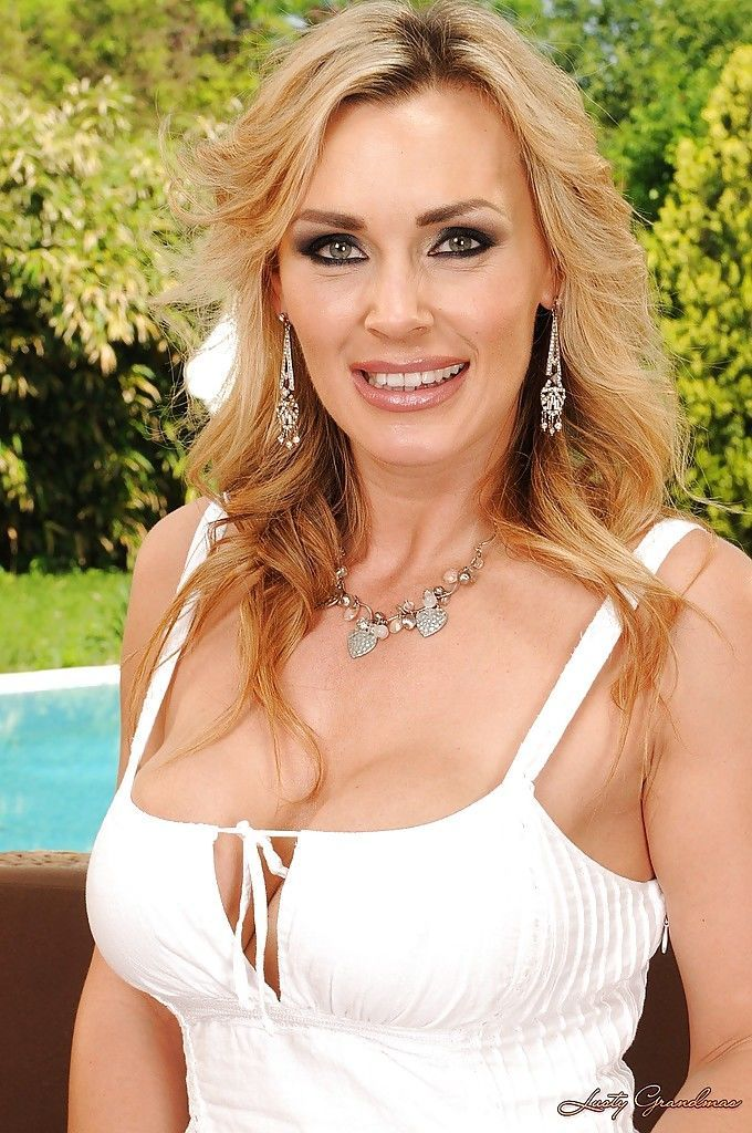 Gorgeous mature babe with sexy ass Tanya Tate stripping by the pool