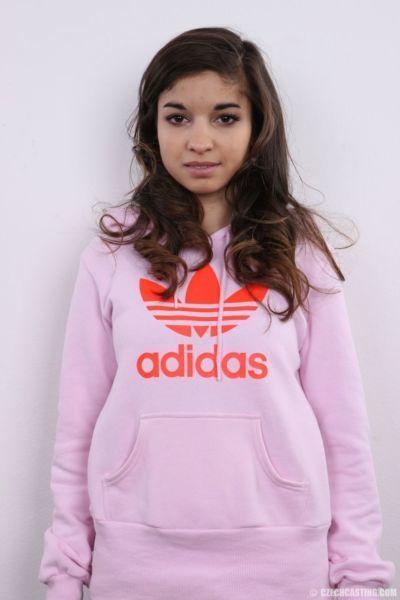 بالكاد القانونية التشيكية في سن المراهقة نيكولا يطرح في على عارية إلى شراء نفسها جديد الملابس