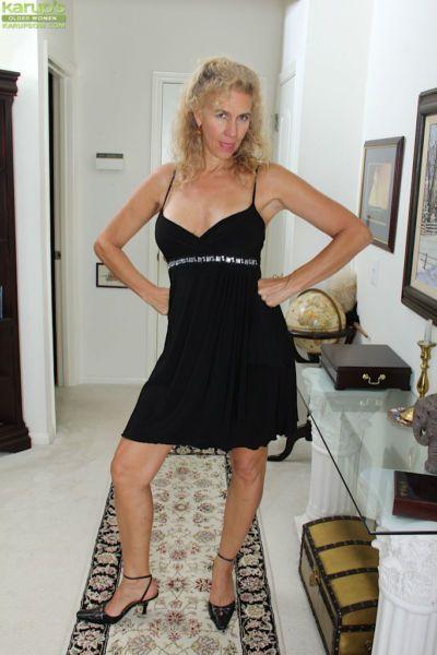 Older blonde amateur Cally Jo modeling naked after removing clothes