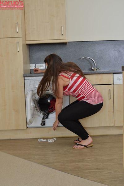 سمنة الكرز أحمر الخدود تجريد عارية بالنسبة الاستمناء في غرفة غسيل