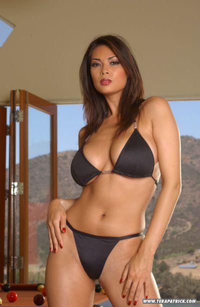 ünlü Asya porno Tera Patrick modelleme Sigara çıplak içinde Bikini