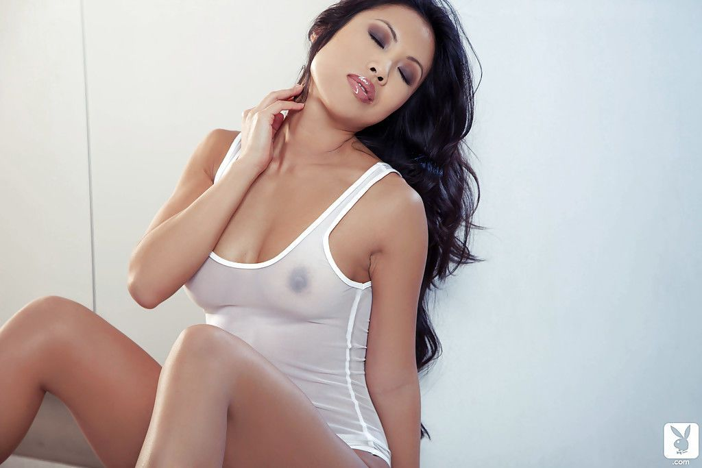 Admirable asian babe Thuy Li uncovering her frolic curves