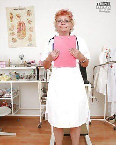 грязные Бабушка в Медсестра униформа Растяжка ее пизда :по: ее Пальцы
