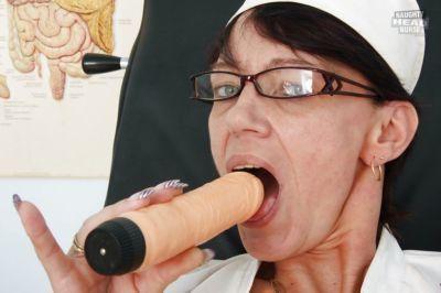 male Nonna Infermiera Strisce off Il suo mutandine Per giocattolo Con Il suo gocciolante figa - parte 2