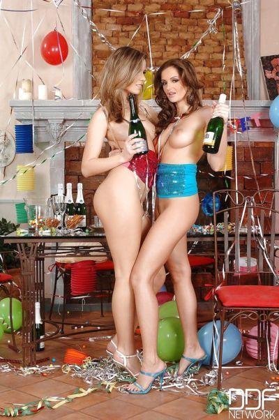 Europea mamme pesche e Sandra Shine giocando lesbiche fighe a natale