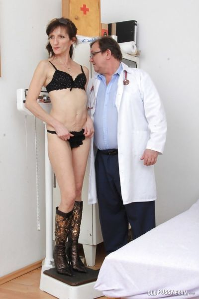 Mature woman Andula visits the Gyno doctor wearing only boots
