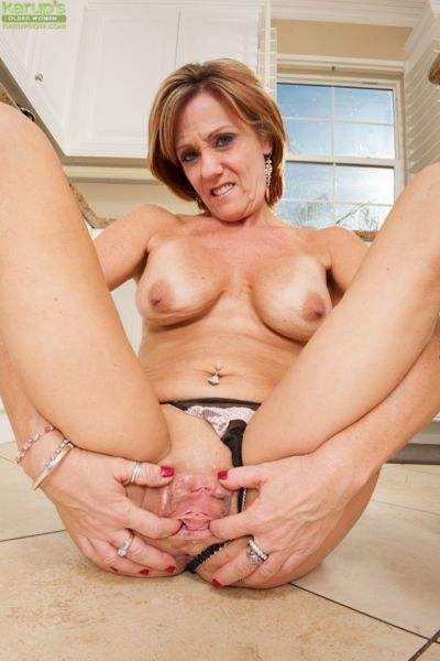 Mature babe Felicity Rose demonstrating her big natural titties - part 2