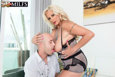 Brooklynn Rayne uses huge dick to bang her mature pussy in sensational POV