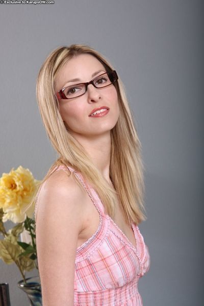 Lusty mature vixen in glasses Alexis Taylor reveals her amazing body curves