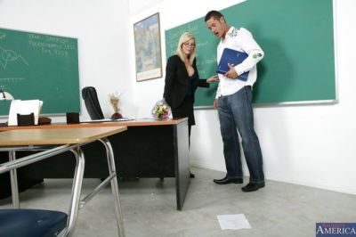 Lewd ครู ฮอลลี่ แซมซัน seduces เธอ นักเรียน แล้ว เล่น กับ เขา ใหญ่ ไอ้จ้อน