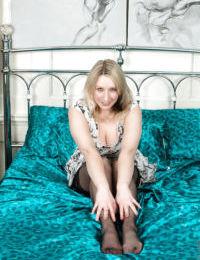 kıvrımlı Sarışın Bayan Mel Harper gösterilen kapalı büyük Boobs içinde naylon çorap Üzerinde Yatak