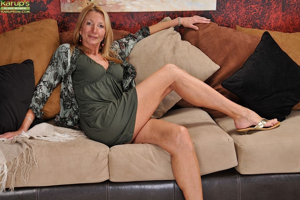 Aged porn model Pam Roberts spreading pink pussy for cervix viewing