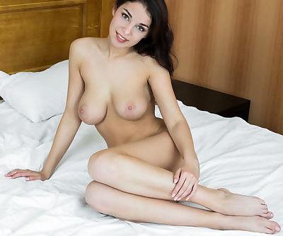 Euro babe Evita Lima flaunts big..