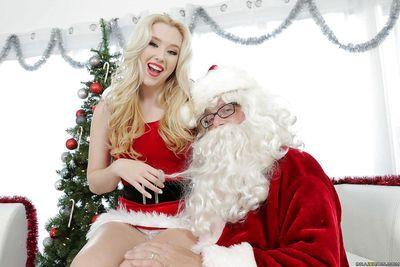 कामुक सुनहरे बालों वाली हार्ले क्यू है पंगा लेना के साथ कुछ क्रिसमस खिलौने