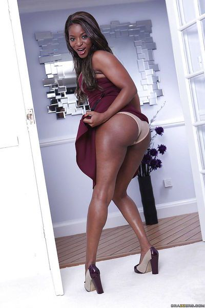 Steamy ebony MILF with big ample booty getting rid of her clothes
