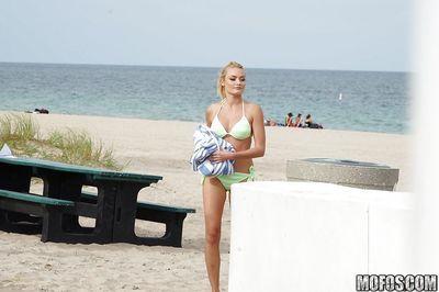 Gorgeous babe in green bikini Inga Victoria walks half naked on the beach