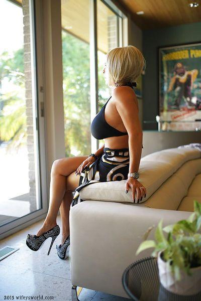 Длинноногая Блондинка домохозяйка Сандра Otterson моделирование Высокая каблуке Насосы и Бикини
