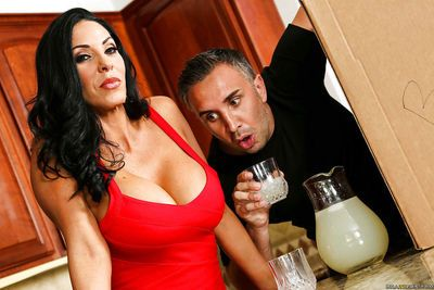 MILF Veronica Rayne unleashes her all natural massive melons