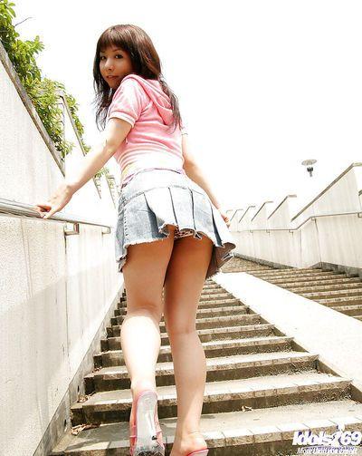 naughty Asiatische cutie Mit unrasiert muff posing Kaum Bekleidet