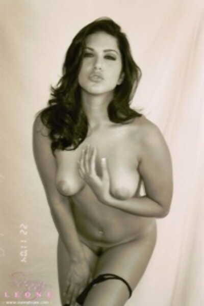 Wonderful Sunny Leone teasing with her beautiful Indian naked body