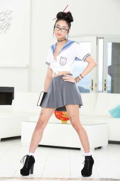 亚洲 学校 女孩 Eva yi 姿势 裸体的 与 一个 风扇 之前 得到 一个 硬 大 迪克