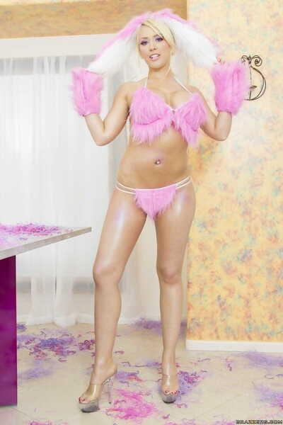 Stacked Bibi Noel sheds plush lingerie & sticks bubble butt in the camera