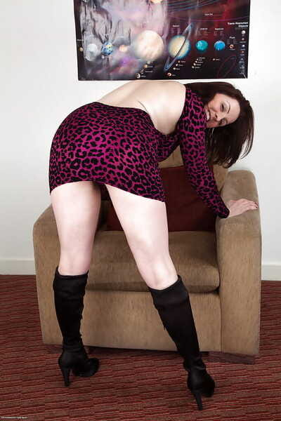Hairy pussy mature slut Jenna is showing her wonderful hole