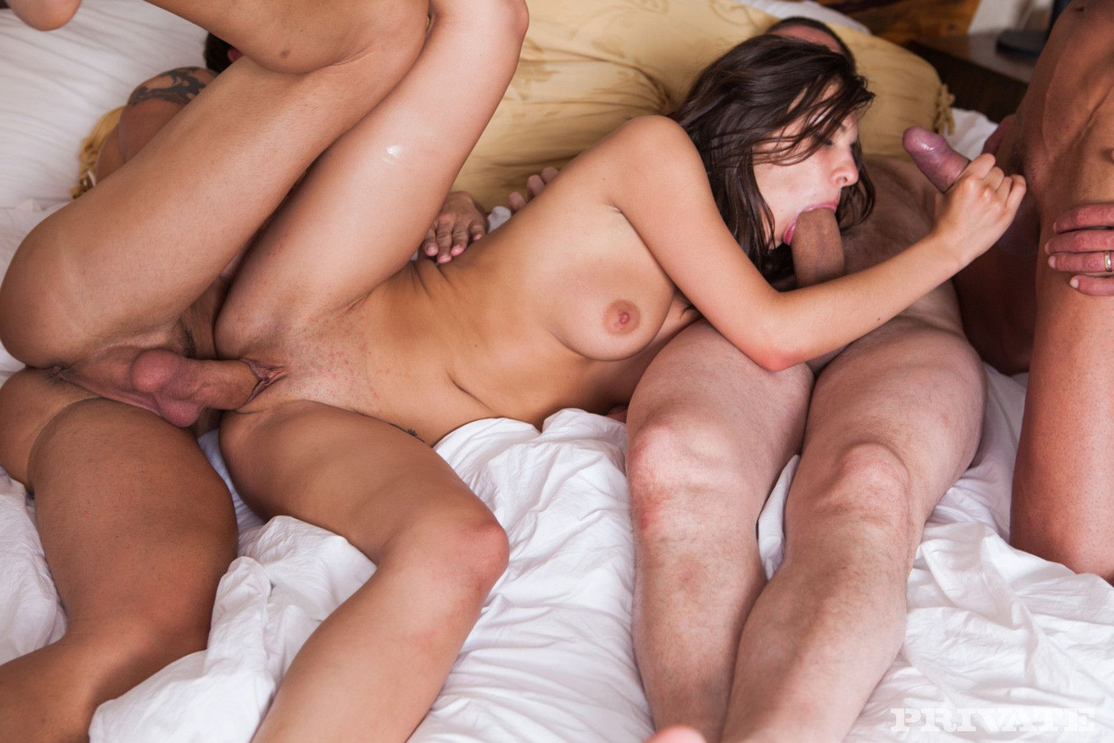 это видео секса жена дала троим стало глубже