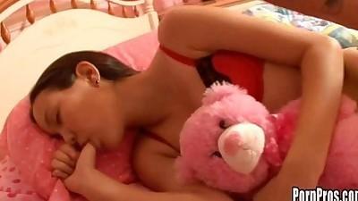 Chica abusada mientras esta dormida