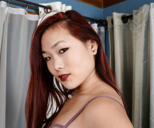 Amateur Asian dame spreads her shaved pink twat for nice..