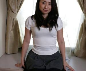 Pretty brunette asian milf Eriko showing that awesome sexy..
