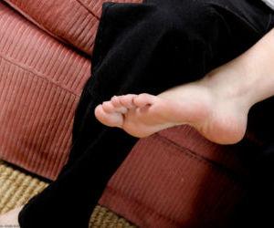 Barefoot amateur Eris finishes up sex session with cumshot..