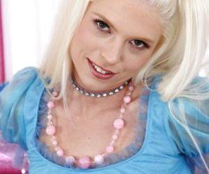 Platinum blonde sweetie Jayda Diamonde toying her tight..