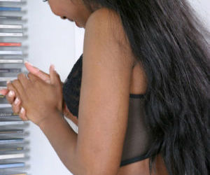 Teen babe reveals her Ebony amateur ass in high heels..