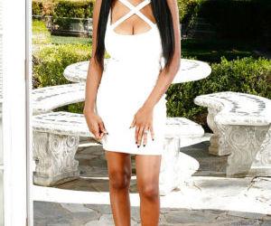 Amateur ebony babe Brittney White demonstrates her black..