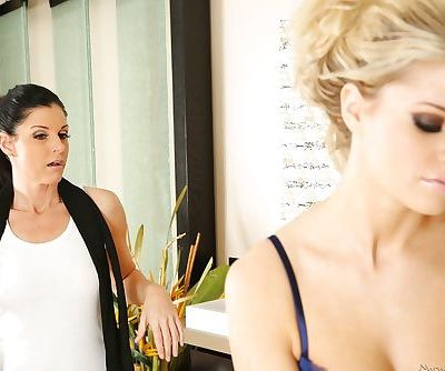 Best massage done by a sexy wet lesbian beauty India Summer